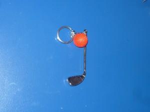 Golfütő piros labdával kulcstartó