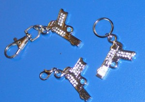 Pisztoly kulcstartó kristállyal