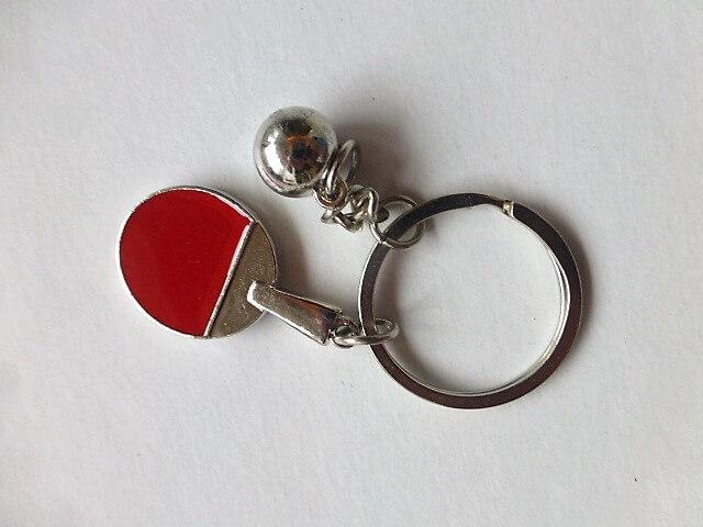 Ping pong ütő labdával kulcstartó fém